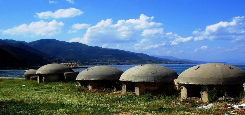 700 000 bunkers furent construits partout en Albanie du temps du Timonier Enver Oxhda. © DR