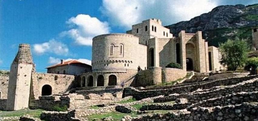 A visiter sans modération le château de Kruje qui abrite le Musée de Scanderbeg, la vielle ville avec son bazar restauré récemment et le Musée d'Ethnographie. © DR