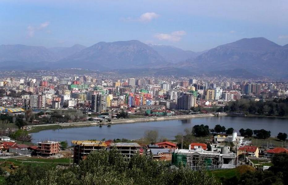 Vue d'ensemble sur la capitale albanaise Tirana qui est également la plus peuplée des villes de l'Albanie. © DR