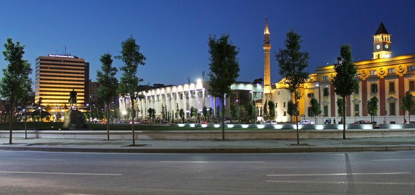 Le Square Skanderbeg la nuit à Tirana (Alabanie)  © DR