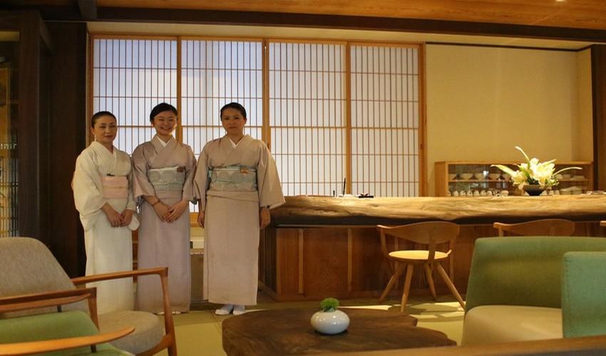 Dans le « Petit dernier » du groupe hôtelier japonais Gora Hanaougi, le ryokan Madoka no Mori, les hôtesses habillées en élégant yukata,  assurent avec le sourire un service haut de gamme.  © Mathis Cros.