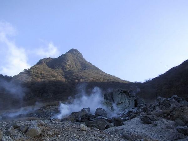 La « Great Boiling Valley » (Owakudani), vallée volcanique créée il y a 3 000 ans, avec ses sources et rivières d'eau chaude sulfureuse.  © DR