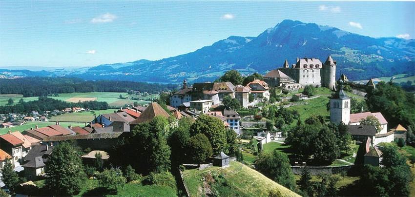 Vue sur la ville médiévale de Gruyères (Suisse) surplombée de son magnifique château.  © DR.