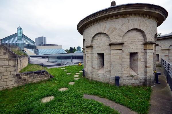 Musée de la forteresse « Dräi Eechelen » et derrière on aperçoit le  Musée d'Art Moderne (MUDAM), un lieu étonnant et inondé de lumière, œuvre du sino-américain I.M. Pei.  © David Raynal