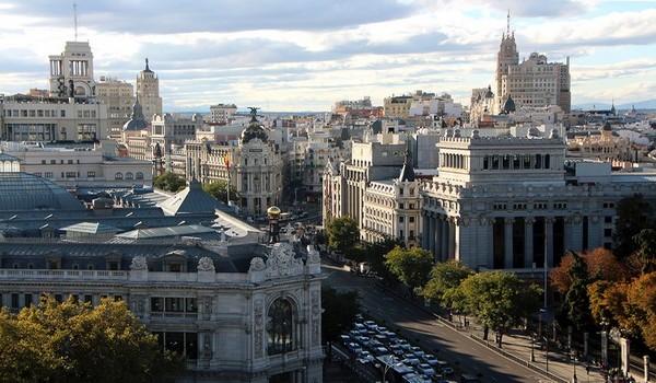 la Terraza Cibeles avec le paseo del Prado à gauche et la Castellana à droite, dévoile un large panorama sur les cimes minérales de la capitale espagnole.  © David Raynal