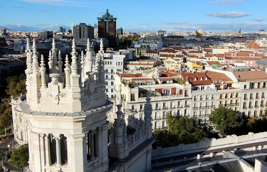 Avec 3,5 millions d'habitants intra-muros et six millions dans la province, Madrid est une ville qui ne dort jamais. En automne les Madrilènes et les touristes profitent des soirées encore doucespour prendre de la hauteur et boire un verre sur les toits-terrasses de la capitale espagnole.