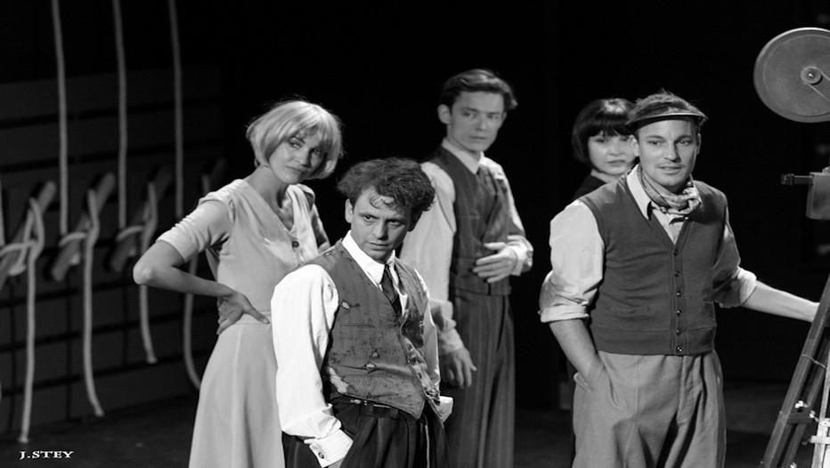 """""""Un certain Charles Spencer Chaplin"""" au Théâtre Montparnasse. Dix comédiens sur scène multiplient les rôles durant deux heures de rires et de larmes qui filent à toute vitesse.  ©  J.Stey"""