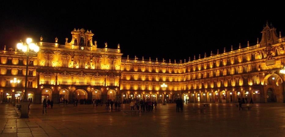 Vue panoramique de nuit sur la Plaza Mayor de Salamanque.  © DR