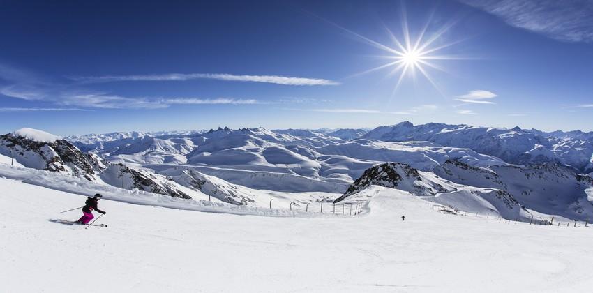 C'est au cœur des Alpes, sur le territoire préservé de l'Oisans, un domaine unique et exceptionnel que se trouve la station de ski  l'Alpe d'Huez ;© L.Salino