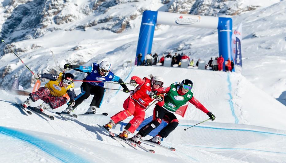 Des chutes de neige qui ont permis l'ouverture anticipée d'une partie du domaine skiable d'Alpe d'Huez grand domaine Ski, et un plaisir pour le millier de skieurs  venus tester en avant-première la qualité de la neige et faire leurs premières traces. © L.Salino