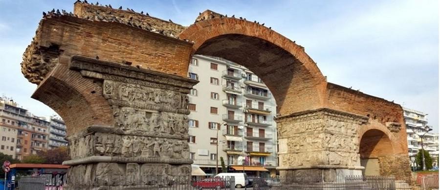 l'Arc de Galère (IVe siècle), ruines d'un tétrapyle, monument élevé à la gloire de l'empereur, vainqueur des Perses et des Sassanides.  © www.visit-halkidiki.gr