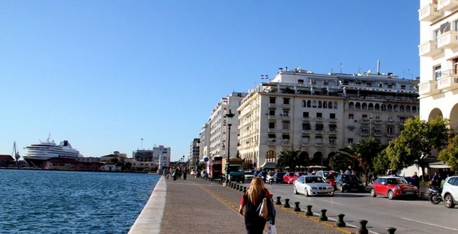 Rue Nikis, promenade le long de la mer © André Degon