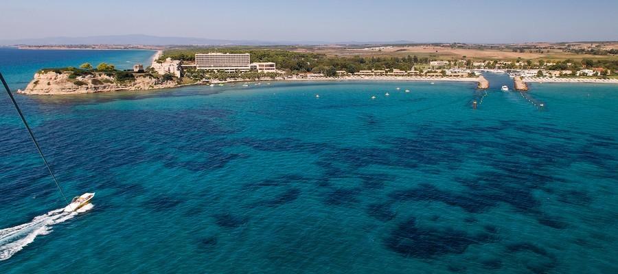 Le Sani Resort situé au nord de la presqu'île de Kassandra. Ce complexe balnéaire, situé face au mont Olympe, comprend quatre hôtels 5 étoiles construits au bord de sept kilomètres de plage face à une mer d'une transparence incroyable. La construction de ce resort fut une véritable aventure, celle d'Anastasios Andreadis et des frères Zisiadis. © DR