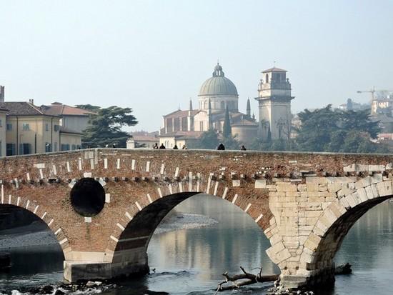 Vue sur le célèbre pont de Vérone (Italie)©wikipedia-commons