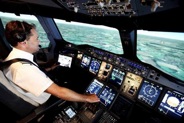 Le commandant de bord Steve Allright aux commandes du simulateur de vol  © British Airways