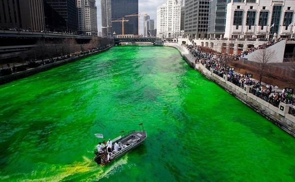 Le fleuve de Chicago coloré en vert fait la joie des nombreux visiteurs. ©  www.ireland.com