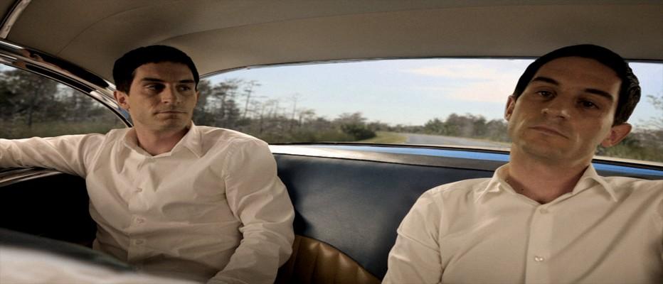 Dans Bel Air, vidéo de Niklas Goldbach, le vidéaste allemand montre quatre personnages qui ne sont qu'un seul et même acteur et qui s'observent au cours d'une ballade dans une Chevrolet Bel Air de 1955.© abbayedejumièges