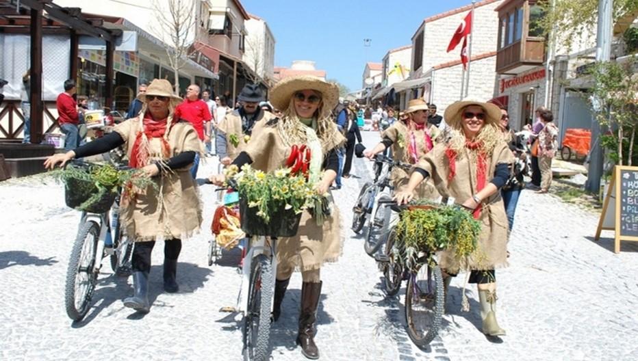 Du 07 au 10 avril 2016, Alaçati accueille la nouvelle édition du festival des herbes qui présentent aux visiteurs locaux et internationaux les différentes variétés d'herbes et plantes locales.En ce début avril, la ville se prépare à accueillir ses  premiers visiteurs  autour d'une sélection d'activités et de festivals. © 2013 explorealacati. All Rights Reserved