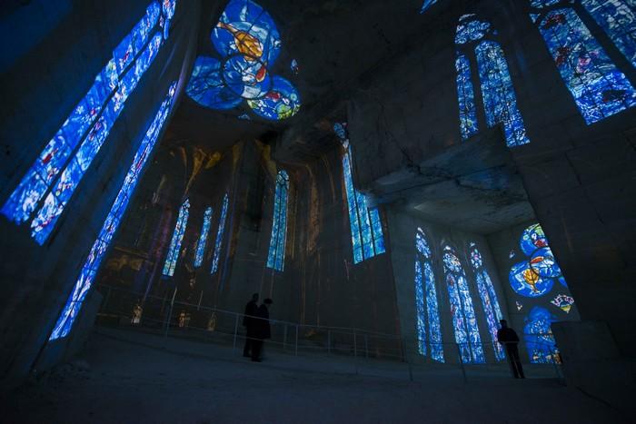 Quand les hautes parois se métamorphosent et deviennent la toile de fond de ses vitraux, l'illusion de cathédrale est totale dans un moment d'émotion et de paix. copyright ADAGP Paris 2016