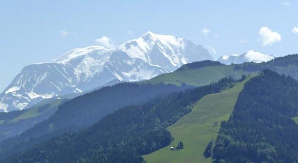 Outre le plaisir de profiter de détente et d'air pur, celui également de profiter des vues magnifiques et variées sur le Mont-Blanc © Les Balcons  ULVF