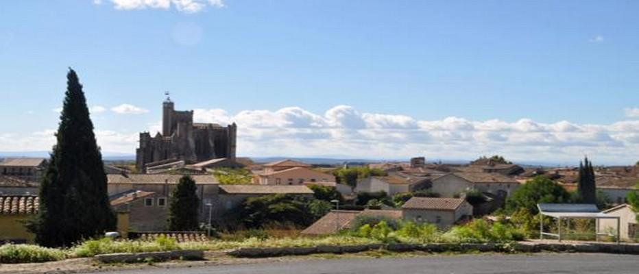 La magnifique Collégiale Saint-Etienne domine le petit village de Capestang. © LeBoat.fr