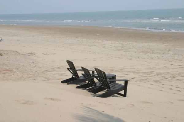 Une plage sans fin à côté de Pranburi l'hôtel Romanee Resort.  © Richard Bayon
