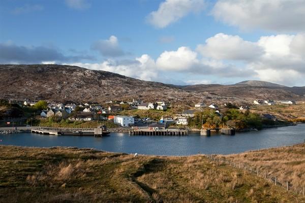Le port ferry de Tarbert est la plaque tournante de Harris. Tarbert se trouve entre les deux «îles» du Nord et du Sud de Harris.  © visitscotland.com