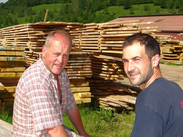 Depuis le 1er mai 2014, Fabien Remy (à droite) a rejoint Jean-Michel Curien (à gauche) et sa sœur Joëlle, pour former le Gaec du Saichy. ©Bertrand Munier