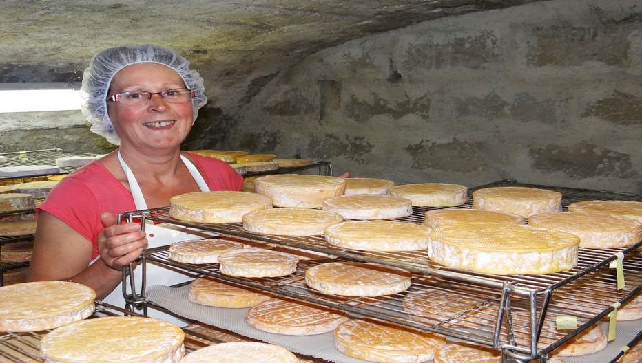 La fabrication du fromage à base du lait de vaches de race Vosgienne est le domaine réservé à Joëlle Curien très souriante dans la cave voûtée d'affinage du Munster AOP  de la ferme familiale. ©Bertrand Munier