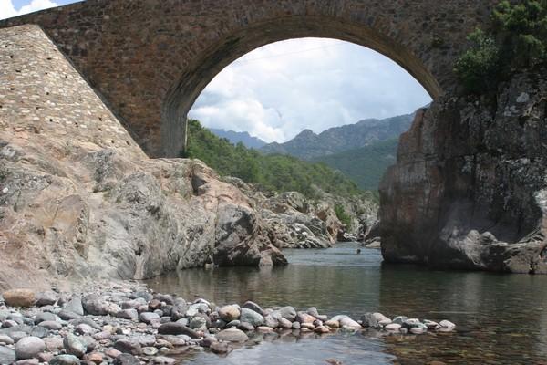A la Balagne en Corse il faut cheminer le long des fougueux torrents de montagne, qui se muent en rivières indolentes selon la saison  © Richard Bayon.