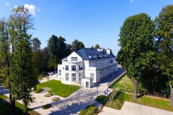 A Lancut : L'hôtel Sokol est un petit palais  d'un blanc immaculé dans un joli parc.   © www.hotelsokol.pl