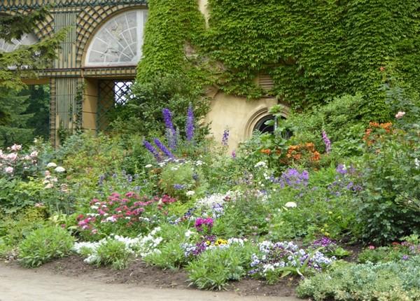 Dans le parc du Château de Lancut l'un des jardins à l'italienne rempli de fleurs. © Catherine Gary