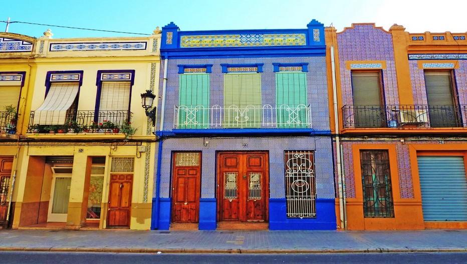 Dans le quartier de Cabanyal on peut admirer les maisons aux céramiques colorées jadis construites en joncs pour abriter les pêcheurs, victimes du feu elles furent reconstruites selon une fantaisie qui s'affiche en façades de largeur identique comme gage d'égalité.  © expat.valencia.com