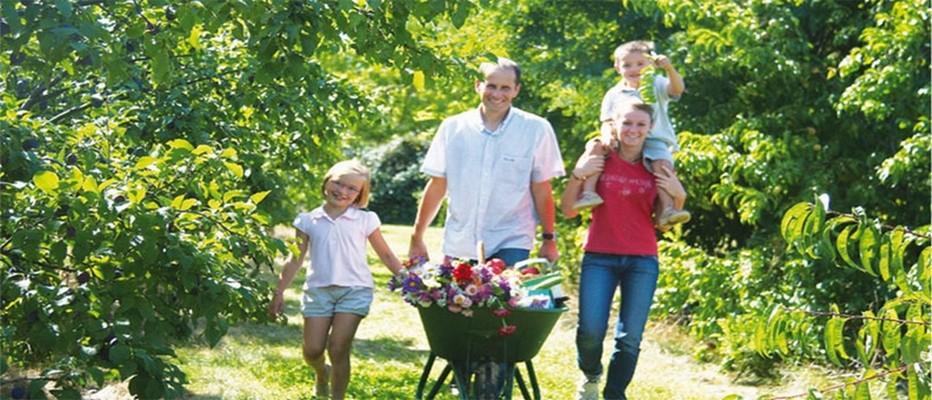 Du 10 au 17 juillet 2016, le plaisir de la cueillette en famille près de chez vous  ....  © www.chapeaudepaille.fr
