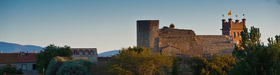 Le château de Canet-en-Roussillon, ancien château vicomtal mentionné dès le XIe siècle et maintes fois remanié par la suite, se dresse sur une colline au nord du vieux village de Canet-en-Roussillon, dans le département des Pyrénées-Orientales. Tombé en ruine après une longue période d'abandon, il est depuis les années 1960 en cours de restauration par l'association des Amis du Vieux Canet. © OT Canet-en-Roussillon