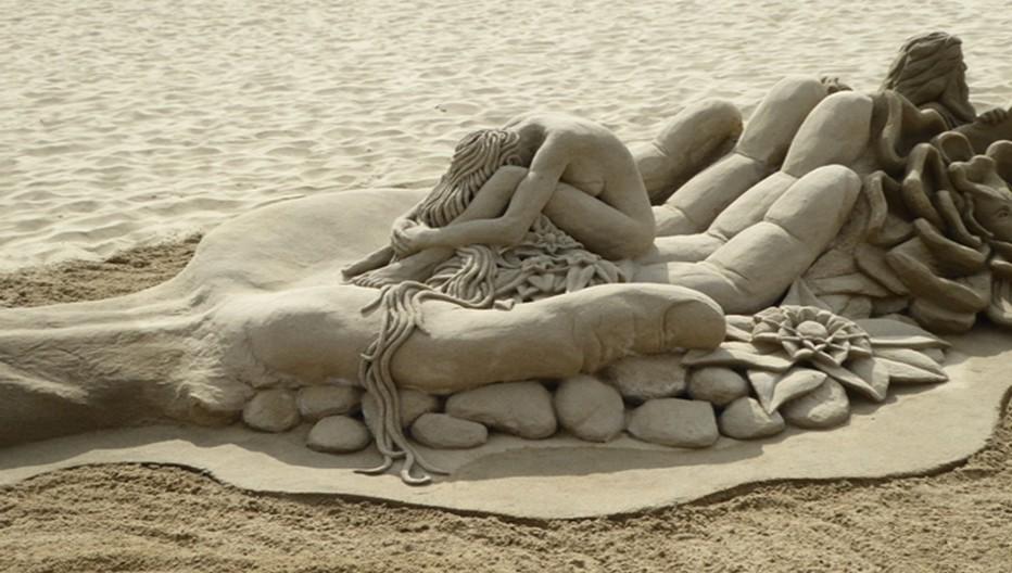 Sur la longue plage du Canet-en-Roussillonon peut admirer la beauté incroyable de certaines  sculptures de sable que le vent emportera. © Catherine Gary