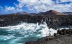 Une île hérissée de cratères, magnifiée par un artiste visionnaire.